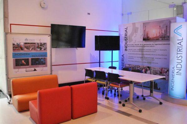 Módulos de programas académicos, con backing impreso y tv para contenido de cada programa.