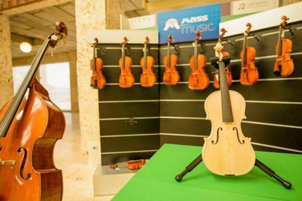 Exhibición tipo isla con cubos y counters, pedestales para instrumentos italianos.