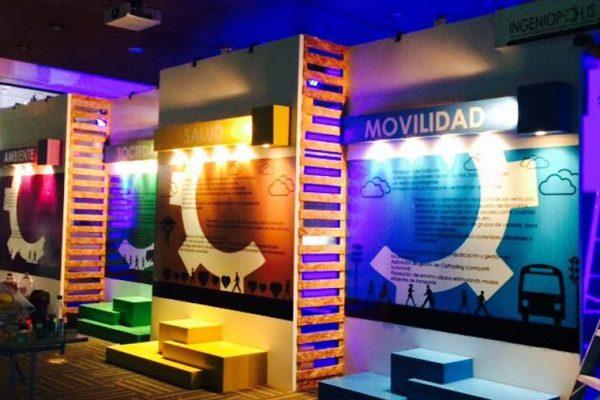 Muros con iluminación, con tarimas para que los visitantes se tomen fotos.