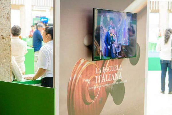 La escuela Italiana proyectando videos en pantallas de 42 pulgadas con contenido gráfico