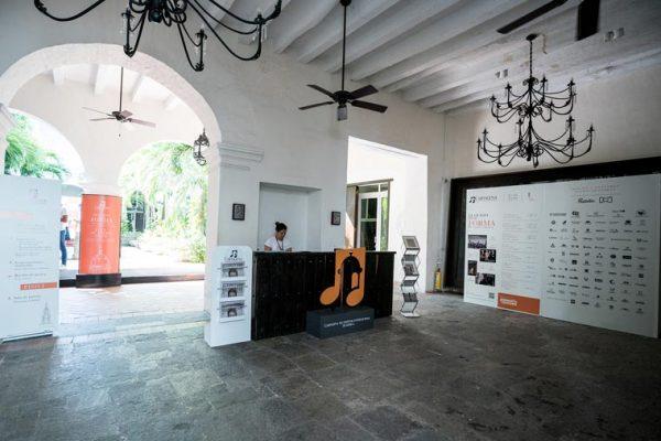 Casa 1537, sede del festival, Montaje de elementos decorativos en el hall de entrada