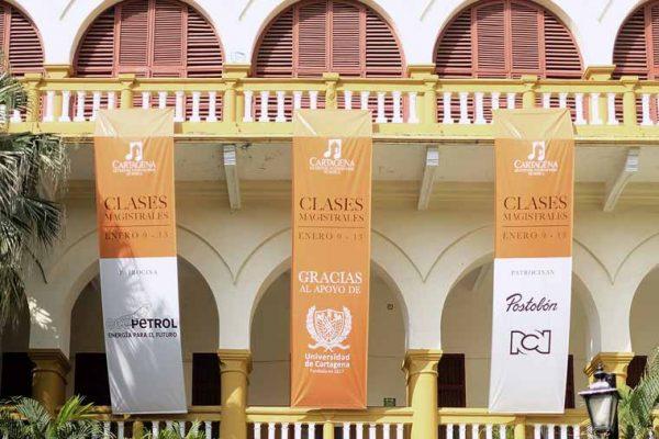 Universidad de Cartagena, montaje de pendones en la fachada