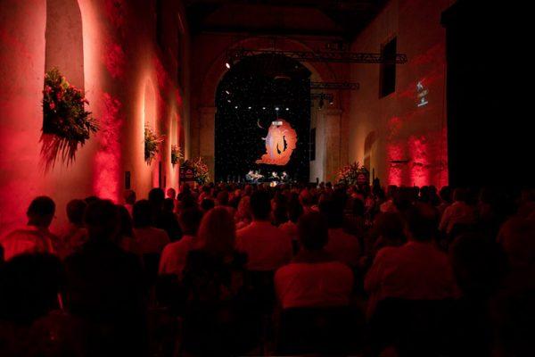 Vista escenografía, e iluminación del evento