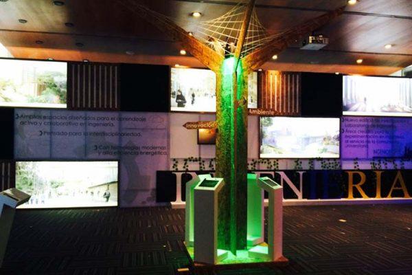 Árboles digitales con iluminación led y módulos de tablets para consultar información del evento.