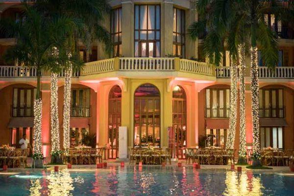 Vista sobre la piscina del hotel con ambientación para el evento