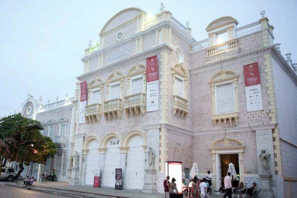 Teatro Adolfo Mejía. Señalización de pendones, y tótems informativos