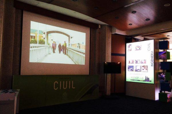 Proyecciones programas de pregrado sobre muros, y cajas de luz con las características de cada programa.