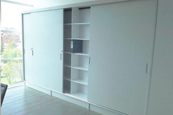 Armario de madera para guardar material de oficina
