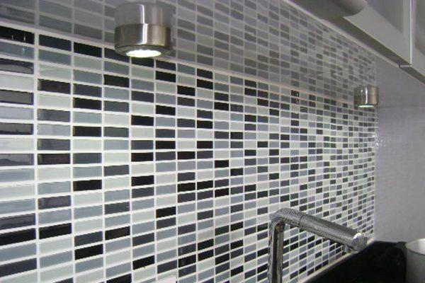 detalle de azulejos en pared de la cocina integral
