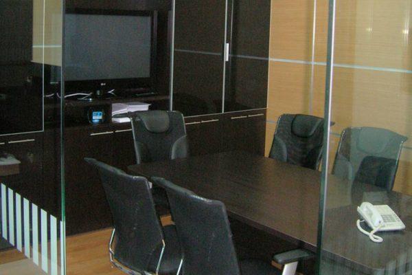 Sala de-juntas con paredes en madera laminada
