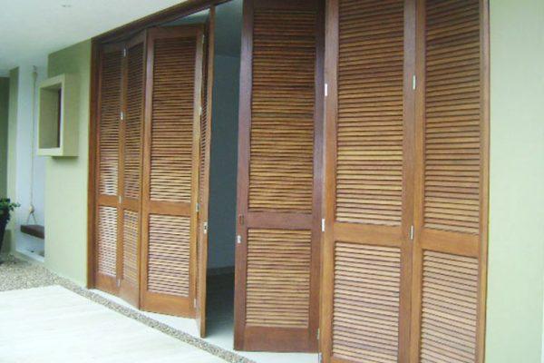 Vista carpintería para alcobas, puertas corredizas de 3.60 mts de altura en cedro.