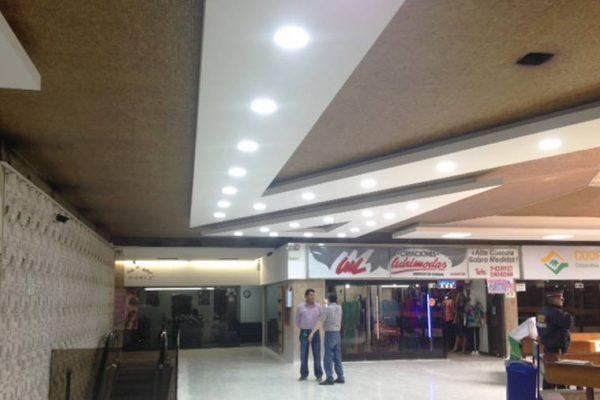 cielo-razo-geometrico-en-centro-comercial-colseguros