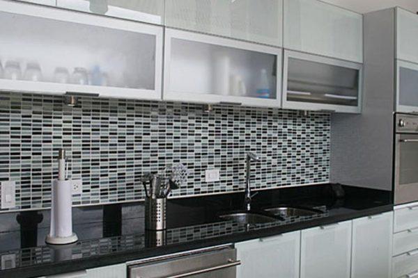 Vista general de la cocina, frente en vidrio laminado con textil