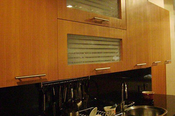 Vista cocina apartamento Bogotá, con campana en acero inoxidable