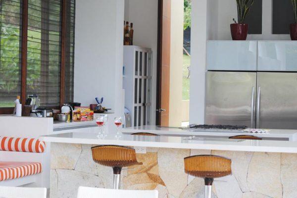 Vista general de la cocina, frente puerta alacena en pintura blanca en poliuretano.