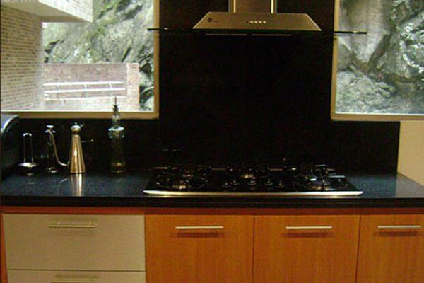 Vista cocina enchape muro y meson en granito color negro