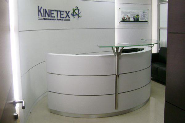 Mueble de Recepción en forma de semicírculo, acabados en formica blanca y formica aluminio Brush, con vidrio templado de seguridad.