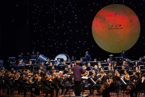 Escenografía Auditorio Getsemaní, círculo flotante con un concepto de iluminación en fucsias.