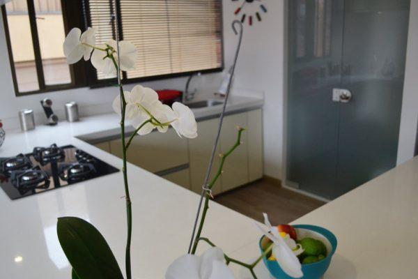 Vista interior de cocina, frentes en pintura de poliuretano color beige