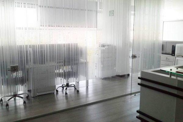 Divisiones de oficina en vidrio con frosty en líneas con un patrón especial que exige la casa matriz de Strabag