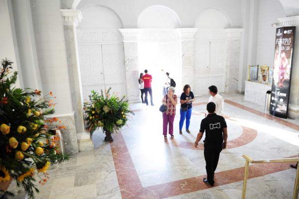 Lobby Teatro Adolfo Mejia, ambientación y decoración cajas de luz