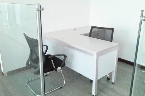 Vista de los puestos de trabajo con espacio circular para reuniones