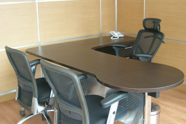 escritorios y sillas para oficinas corporativas