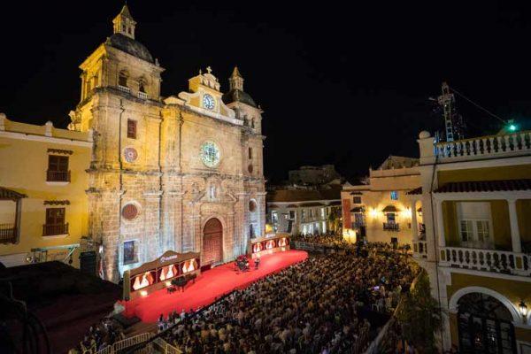 Vista aérea escenografía Plaza de San Pedro, vista tarima y palcos, acabado pintura dorada