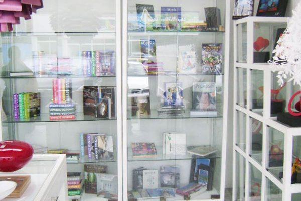 estanterias-para-exhibir-libros-en-locales-comerciales