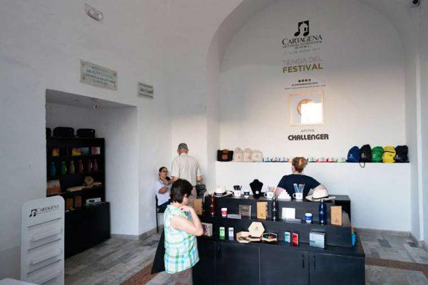 Tienda del Festival, en el teatro Adolfo Mejia