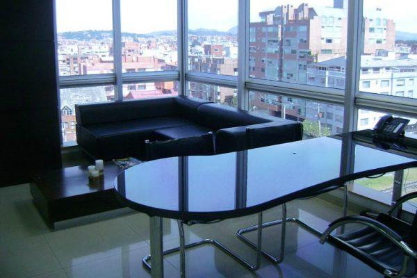 Vista sofá oficina de gerencia, con vista esquinera de la ciudad