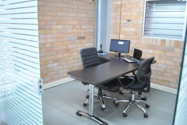 Puesto de trabajo para gerencia con muebles laminados y patas en aluminio