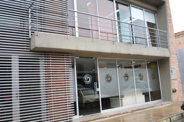 Vista fachada con branding de vidrios