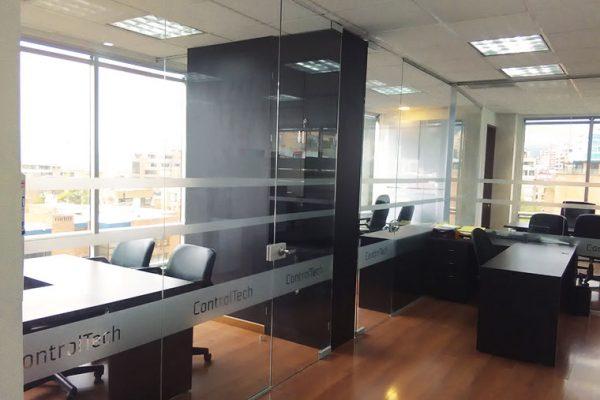 Vista general de las oficinas y enchapes de muros