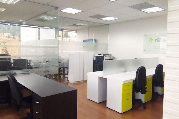 vista gerencial con divisiones de vidrio y logos