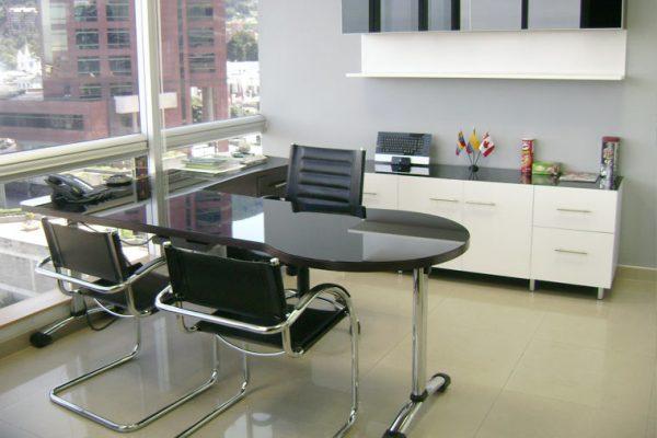 Vista Oficina de Gerencia, acabado vidrio laminado color blanco y color negro