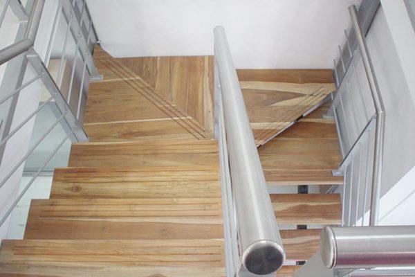 Vista general de las escaleras en pasos de madera maciza