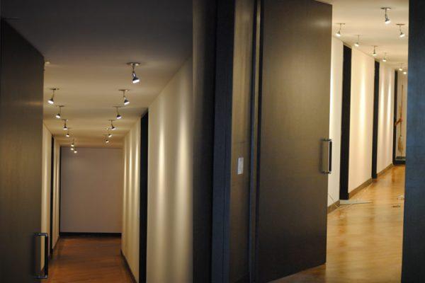 Puertas e iluminación en apartamento via la Calera