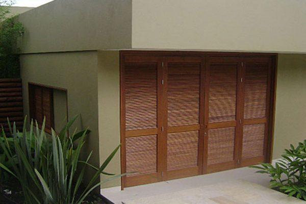 Detalle de puertas en madera maciza