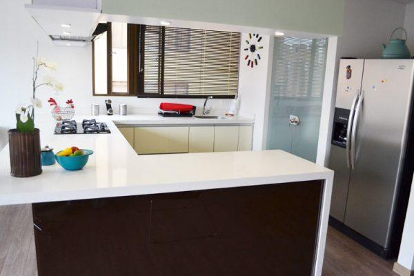 Vista Cocina esquinera, fachada en vidrio beige y café