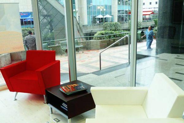 Mobiliario para sala de espera con acabados termoformados