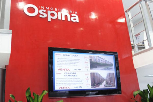 Muro corporativo con Televisor para muestra de proyectos
