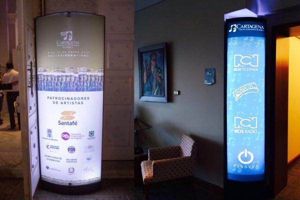 Cajas de luz RCN RADIO Y RCN TV con programación de las actividades del evento